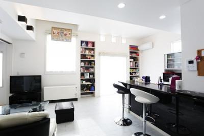 黒色キッチンパネルで、バーカウンターのような空間に:画像
