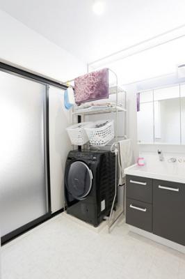 FIX窓からの採光によって、洗面脱衣室が明るい空間へ:画像