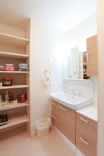 可動棚をつけ、大容量の収納を確保した洗面脱衣室:画像