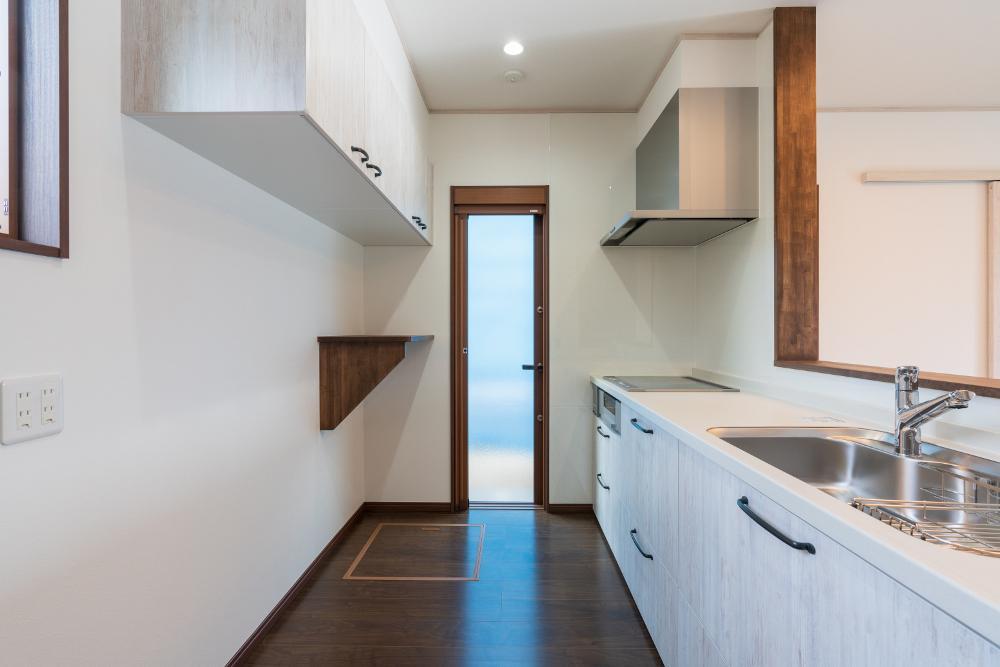 キッチン ペイントウッド柄のキッチンを採用