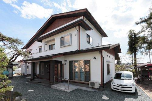 丸太の梁とダイナミックな佇まいを醸し出す2世帯の家 / 中山町U様邸:画像