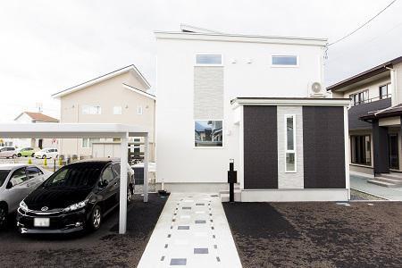 白と黒のバランスにこだわった、オセロカラーの家:画像