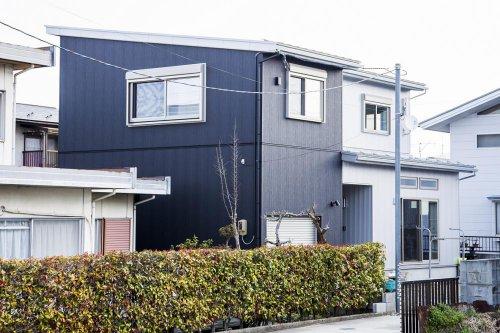 セミガレージのあるシンプルモダンな二世帯住宅:画像