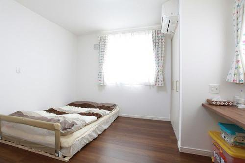 1階寝室からビルトインカーポートが見えるように窓を設置:画像