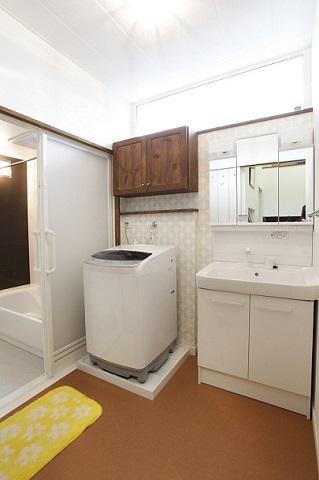 洗濯機上の吊り戸棚で収納力アップ:画像