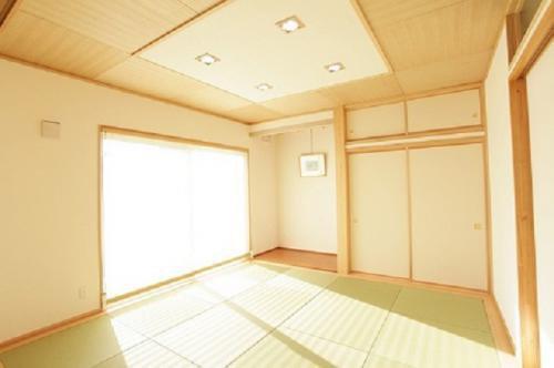 南側に大きな開口部を設け、室内に光が入り込む和室:画像