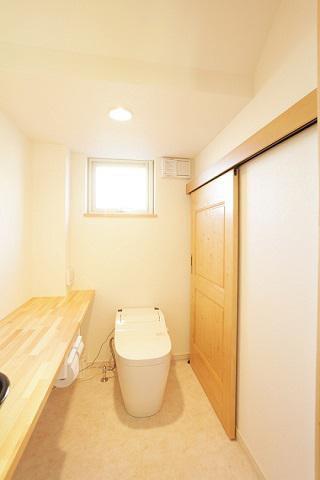 階段下にあるトイレ:画像