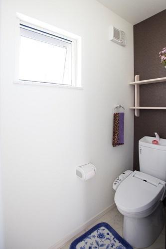 クロスが個性的なトイレ:画像