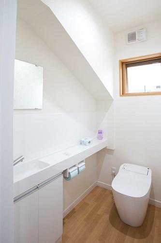 階段下のスペースを有効活用したトイレ:画像