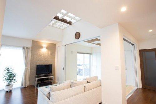 織り上げ天井のあるリビング:画像