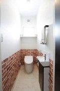 タイル調クロスをアクセントにしたトイレ:画像