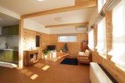 壁は腰板張り、梁を2本表しコルクタイルを使用したリビング:画像