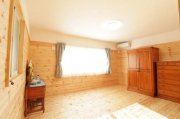 壁は腰板張り、床は無垢パイン材を使用した寝室:画像