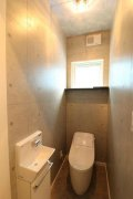落ち着いたトーンでまとめたトイレ:画像