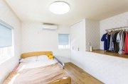 ポップで明るい雰囲気に仕上げた寝室:画像