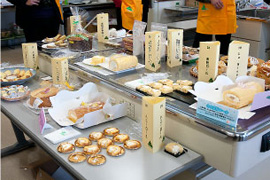 ▲審査を待つパン・ケーキ部門の応募食品。米粉を利用したパンやロールケーキ等の応募が多数ありました。