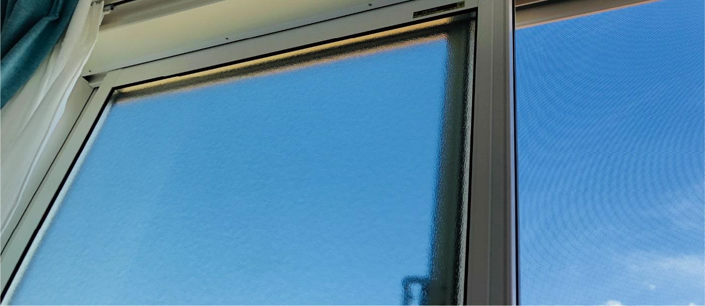 窓越しの青空
